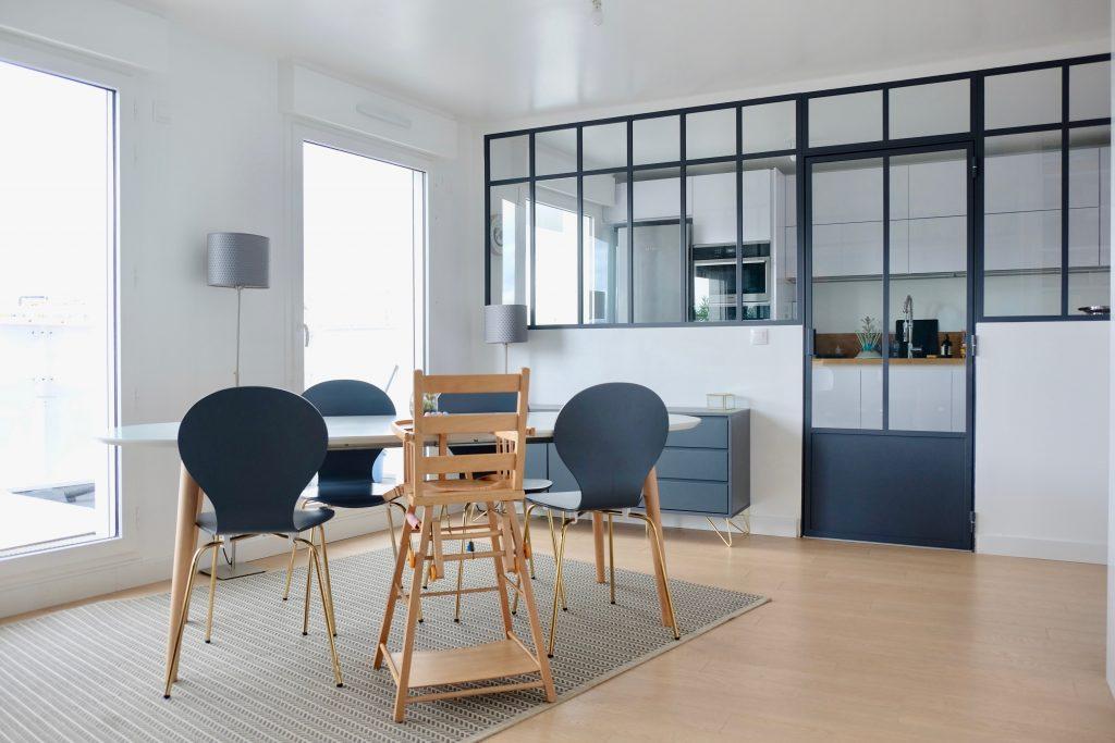 Verrière atelier avec porte séparant la cuisine et le salon